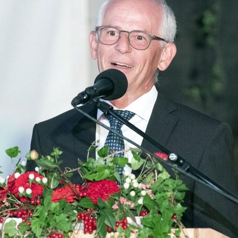 1 Stefan Sutter, Präsident des Stiftungsrats der Stiftung Pro Innerrhoden, begrüsst zum Festakt auf dem Kanzleiplatz..jpg. Vergrösserte Ansicht
