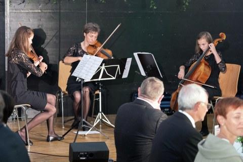 2 Antonia, Leonie und Elenie sorgen mit dem Trio Rempfler für musikalische Unterhaltung.jpg