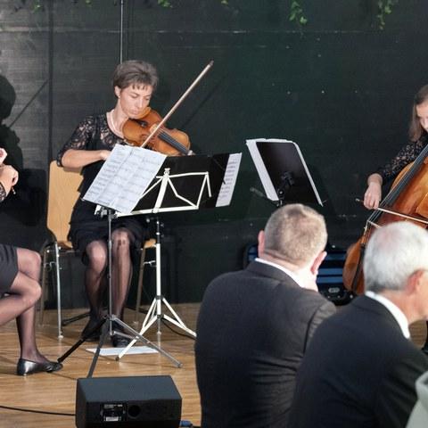 2 Antonia, Leonie und Elenie sorgen mit dem Trio Rempfler für musikalische Unterhaltung.jpg. Vergrösserte Ansicht