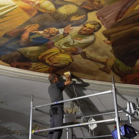Abbildung 2   Restaurator an der Arbeit am Deckengemälde . Vergrösserte Ansicht