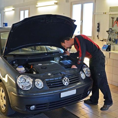 Fahrzeugprüfung. Vergrösserte Ansicht