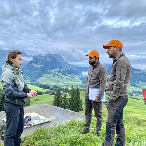 Bild 2 - Die beiden Jagdaufseher Hans Dörig und Hansmartin Schmid prüfen einen Jungjäger im Fach Waffenhandhabung.. Vergrösserte Ansicht