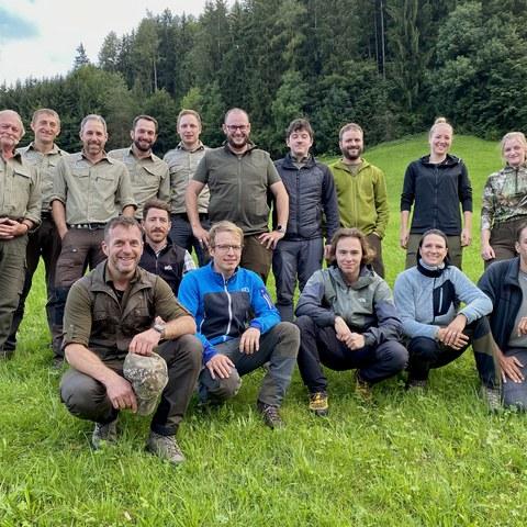 Bild 3 - Gruppenfoto der Jungjägerinnen und Jungjäger sowie Prüfungsexperten Alle Jungjägerinnen und Jungjäger haben den ersten Teil der Innerrhoder Jagdprüfung bestanden.. Vergrösserte Ansicht