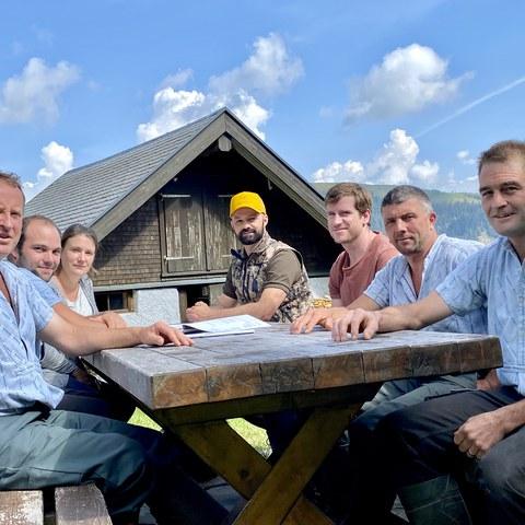 Bild 2: Vertretungen des Landwirtschaftsamts und der Jagd- und Fischereiverwaltung im Gespräch mit den betroffenen Sennen auf der Potersalp.. Vergrösserte Ansicht
