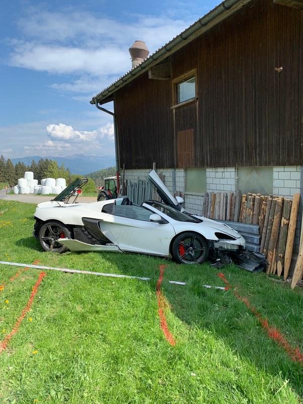 Verunfallter Sportwagen in Eggerstanden