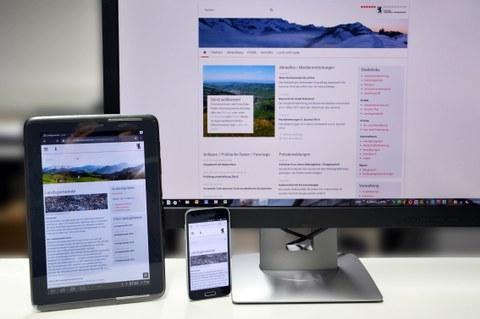 Neuer Internetauftritt auf verschiedenen Geräten: PC, Tablet und Smartphone